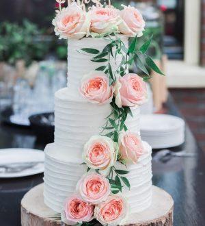 Creme bruidstaart met verse bloemen