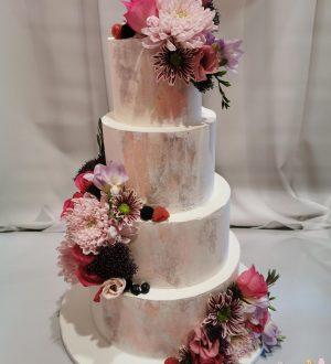 Bruidstaart met zachte pastelkleuren creme en echte bloemen