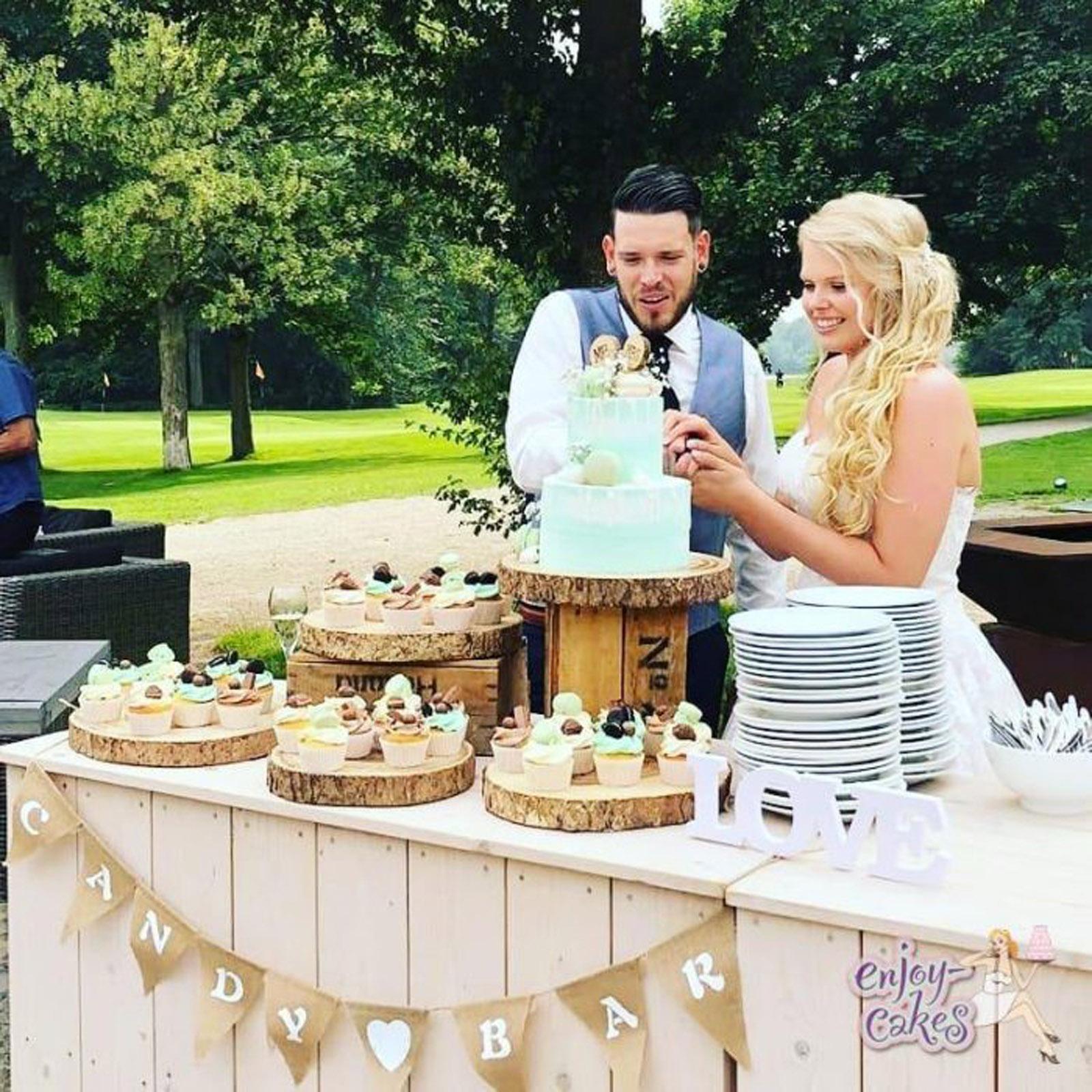 Bruidstaart en cupcakesweettable