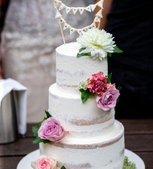 Semi-naked wedding cake met verse bloemen