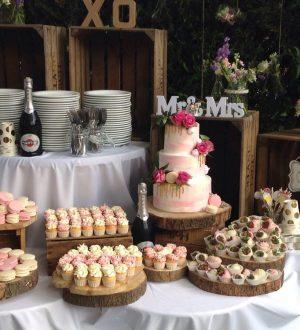 Roze blush bruidstaart met sweettable