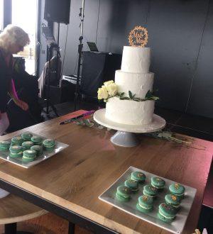 Witte bruidstaart met olijfblad en macarons