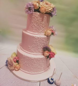 Bruidstaart met royal icing en verse bloemen