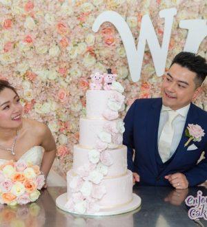 Bruidstaart met een waterval van rozen