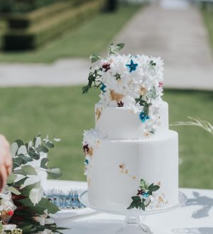 Romantische witte bruidstaart met fijn bloemwerk by the red yarn