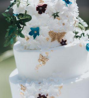 Romantische witte bruidstaart met fijn bloemwerk