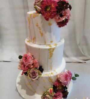 Marmeren bruidstaart met bladgoud en verse bloemen