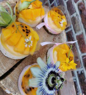 Bruidsgebak met mangopassievrucht en vers fruit