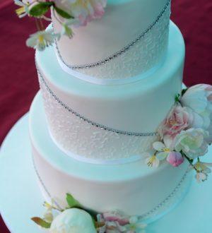 Romantische witte bruidstaart met royal icing