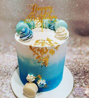 Blauwe cremetaart met bladgoud