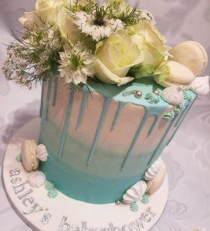 Babyshower taart met verse bloemen