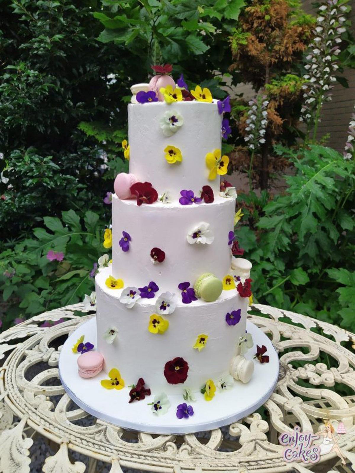 Bruidstaart met eetbare viooltjes