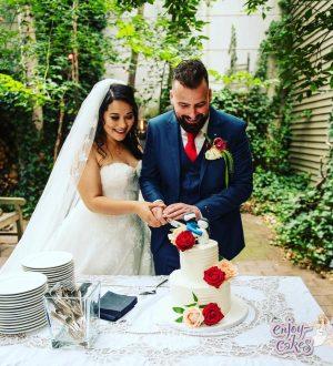 Bruidstaart met geboetseerde taarttopper