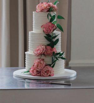 Bruidstaart met bloemen bij het wereldmuseum