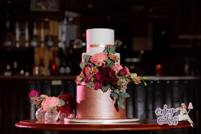 Bruidstaart met rosegoud en echte bloemen riconfotografie www.Huwelijksfotografe.Nl