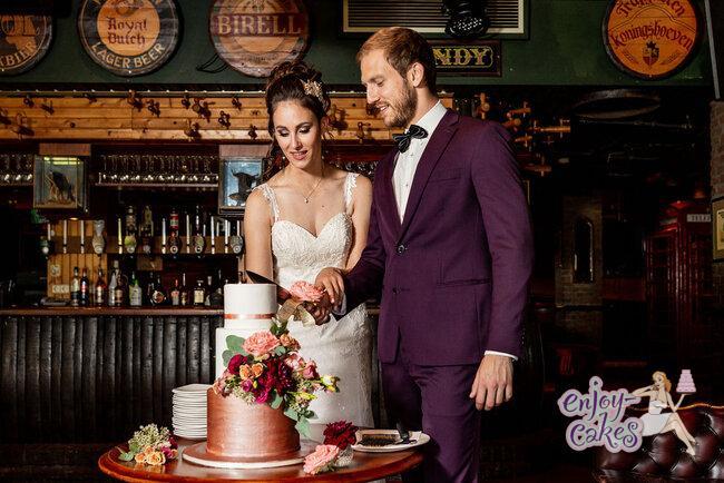 Aansnijmoment van de bruidstaart  www.Huwelijksfotogafe.Nl riconfotografie
