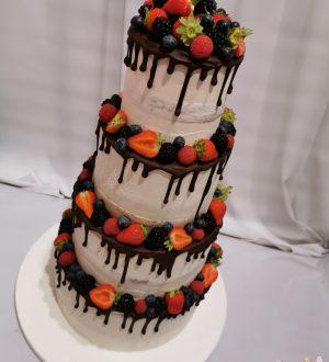 Bruidstaart met chocoladedripp en vers fruit
