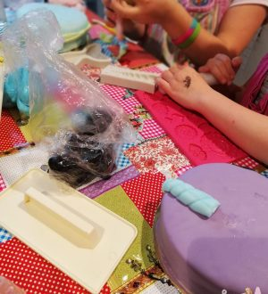 Taart versieren kinderfeestje
