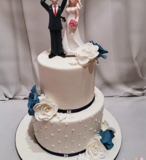 Klassieke bruidstaart met bruidspaar topper