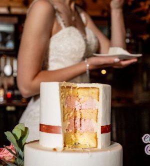 Genieten van de bruidstaart www.Huwelijksfotografe.Nl riconfotografie