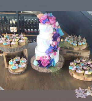 Bruidstaart met pastelkleuren en witte chocoladedripp