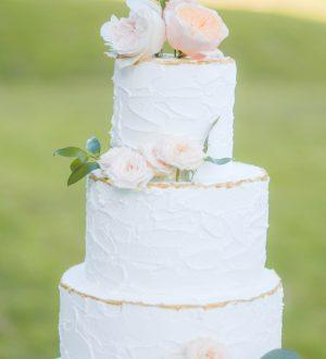 Ruwe Creme Bruidstaart met verse pastelbloemen