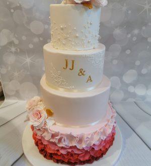 Bruidstaart met rood, roze ruffles