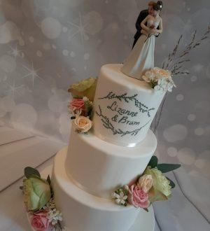 Witte Bruidstaart met geschilderd logo