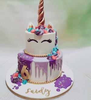 Unicorn taart met paarse dripp
