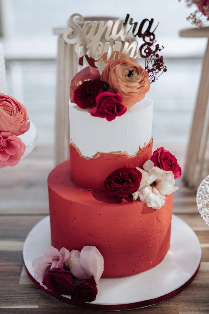Rode en witte Creme Bruidstaart met verse bloemen