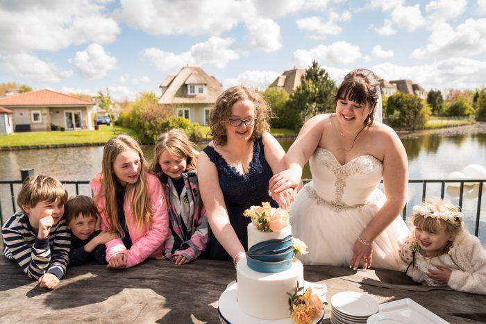 Bruidstaart met blauwe accenten