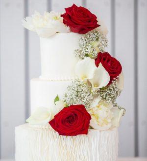 Bruidstaart met een bloemenwaterval