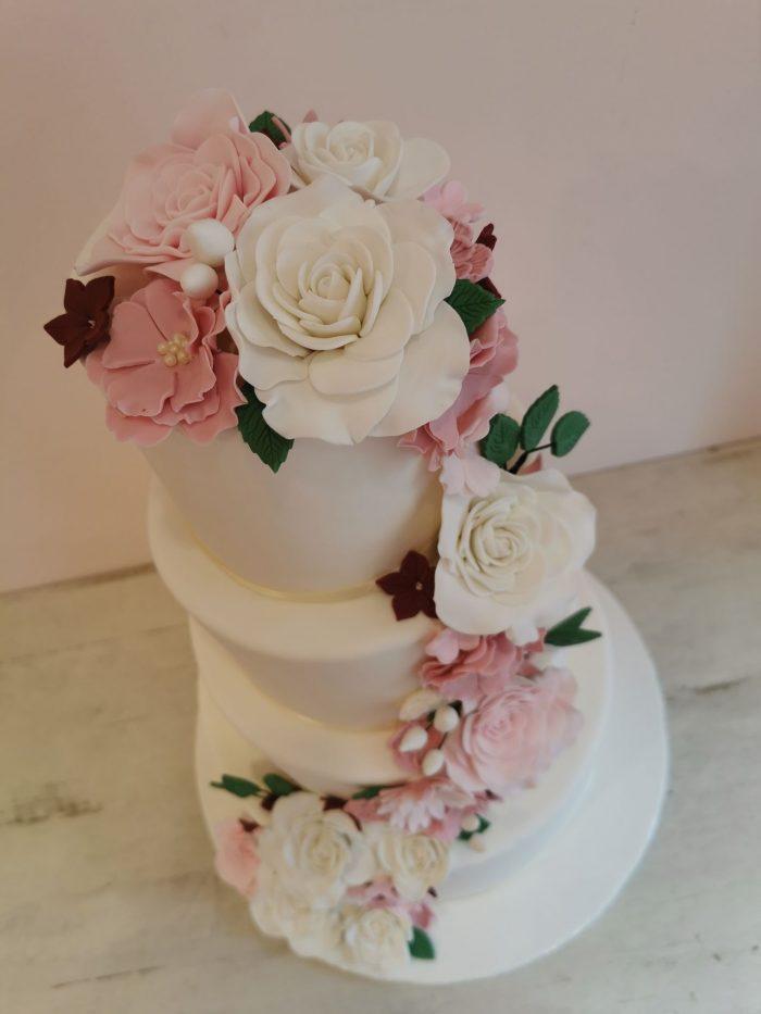 Witte Bruidstaart met een bloemenwaterval