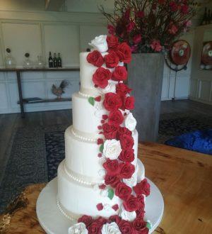 Witte Bruidstaart met rozenwaterval