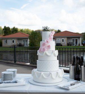 Romantische witte bruidstaart