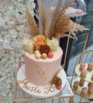 Nude taart met pampasgras en rozen