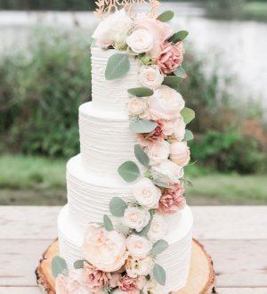 Romantische Bruidstaart met verse Bloemen